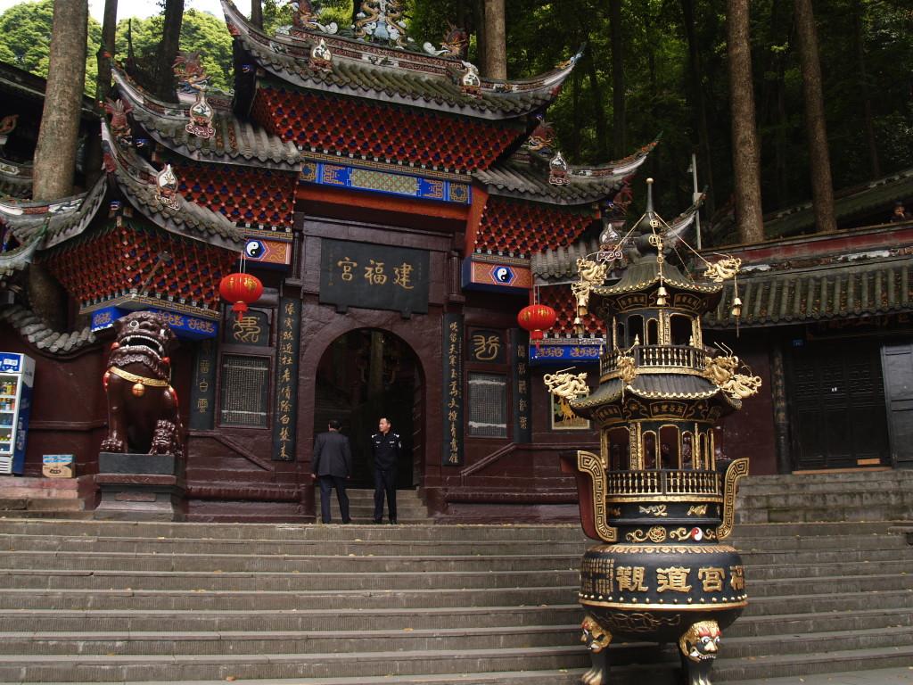 Храм у подножия передних гор