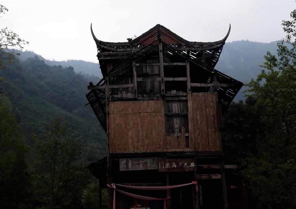 Разрушенный храм в горах